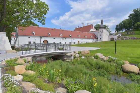Schloss Thalheim Außenaufnahme mit Park