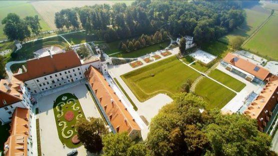 Schloss Thalheim Luftaufnahme mit Park