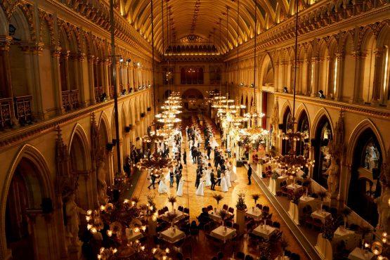 Blick von der Galerie auf Eröffnungspaare im Wiener Rathaus