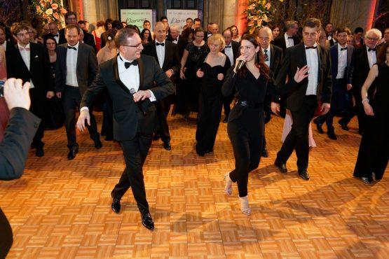 Publikumstanz und Gesangseinlage beim Blumenball im Zeremoniensaal des Wiener Rathaus