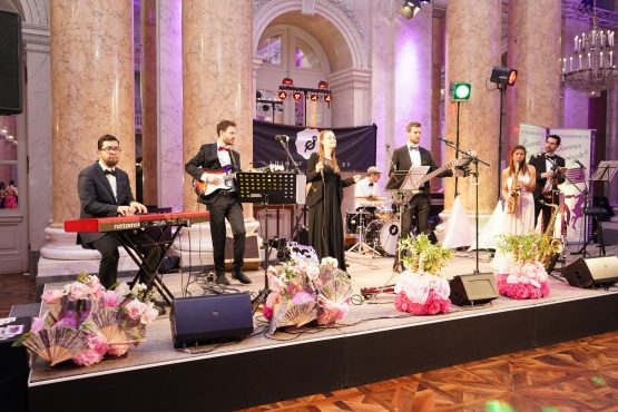 Liveband am Dancer Against Cancer auf der Bühne im Zeremoniensaal