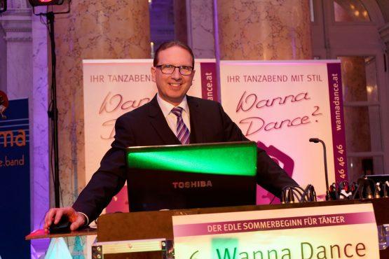 DJ Norbert Falkner im Zeremoniensaal am Dancer Against Cancer in der Hofburg