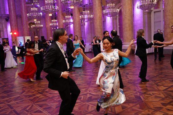 Tanzende Gäste in der Hofburg