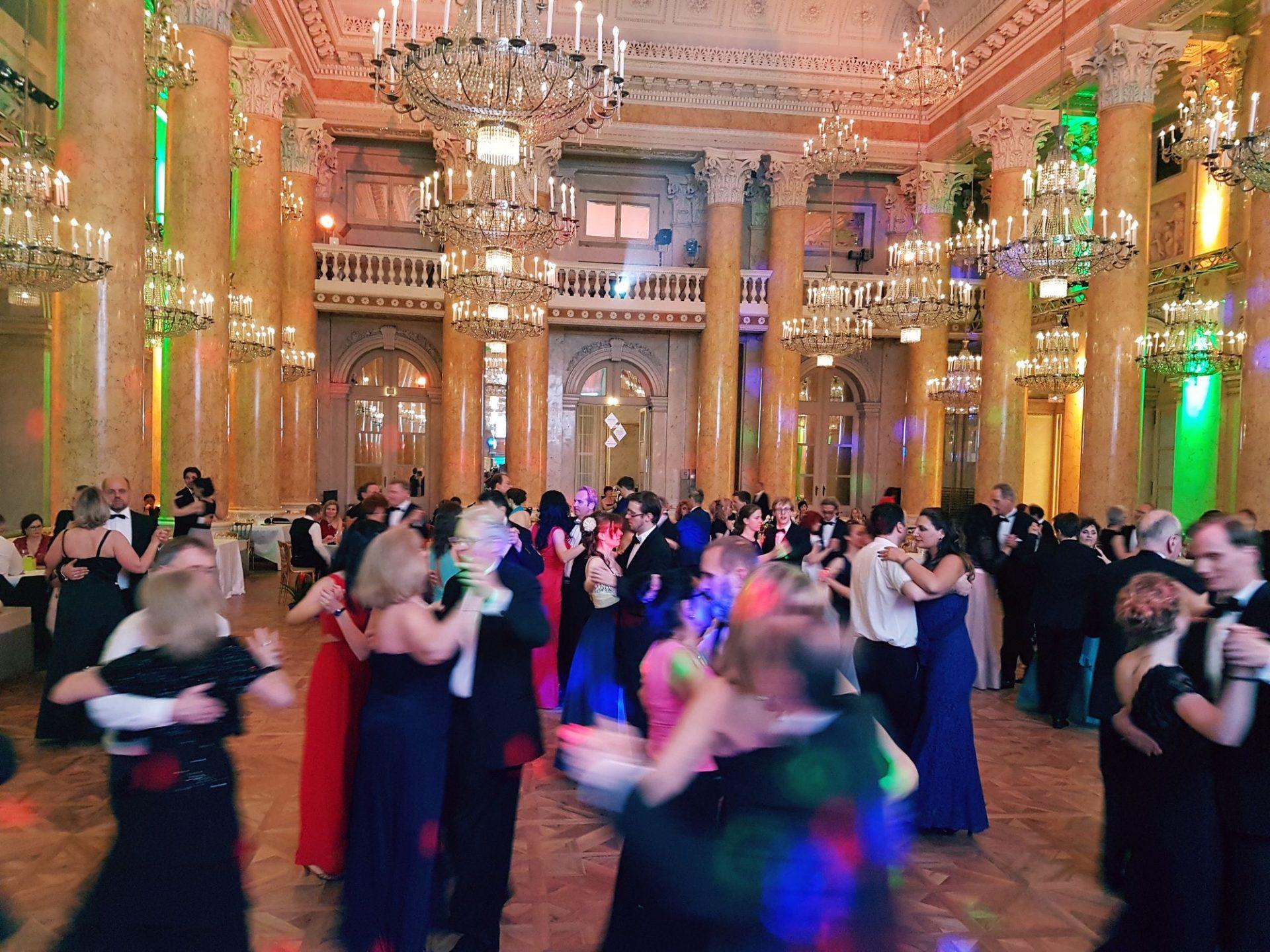 Tanzende Ballgäste beim Dancer Against Cancer im Zeremoniensaal der Hofburg