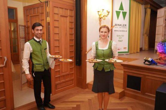 Schloss Thalheim Servierpersonal mit Abendmenü