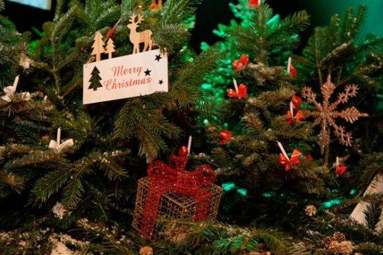 Weihnachtsball geschmückte Bühne