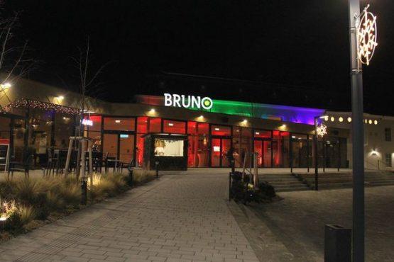 BRUNO Außenbereich beleuchtet bei Nacht
