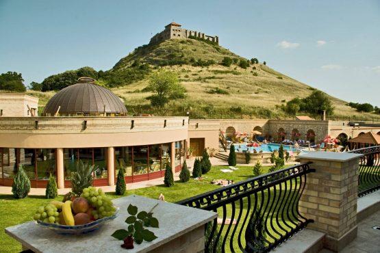 Hotel Kapitany Sumeg Poolbereich Außen und Blick auf Burg